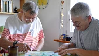 Festgehaltene Ausflugszeit: Klaus Aussieker zeigt Remo Schalk das Bild, das er vom letzten gemeinsamen Ausflug gemalt hat.