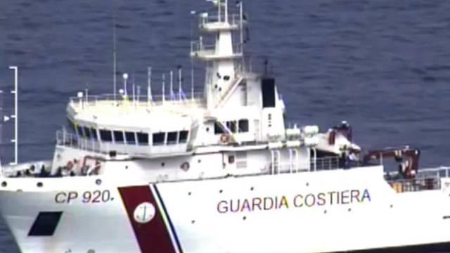 Ein Rettungsboot der italienischen Küstenwache sucht nach Opfern