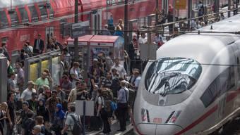 Überfüllt ist der Hauptbahnhof Frankfurt, nachdem der Zugverkehr in der Region wegen eines Unwetters vorübergehend nahezu komplett eingestellt wurde.
