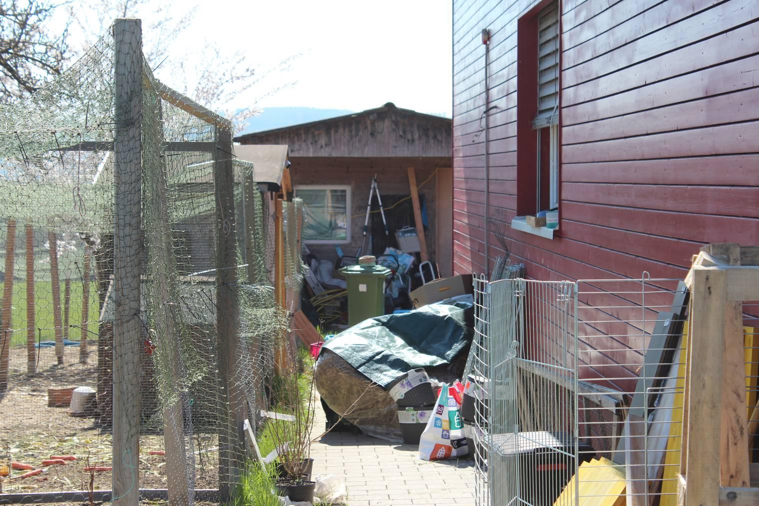 Der Garten der Frau ist zugemüllt mit Papiertüten, Käfigen, Futtersäcken und Gartenwerkzeugen. (Bild: FM1Today/Sarah Lippuner)