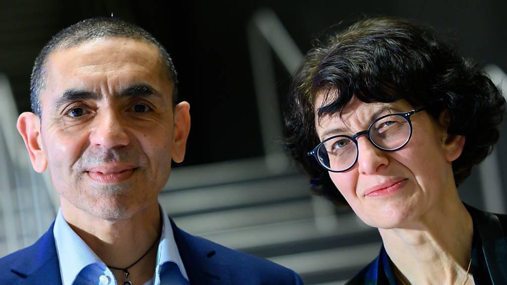 Ugur Sahin und seine Frau Özlem Türeci, die Gründer des Mainzer Corona-Impfstoff-Entwicklers Biontech, stehen am Ende einer im Internet übertragenen Preisverleihung des Axel Springer Awards an das Forscherehepaar zusammen.