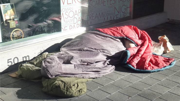 Im Februar 2016 übernachtete ein Obdachloser mehrmals vor dem Coop City (siehe Bild) oder in der Nähe der Stadtkirche.  (Archiv)