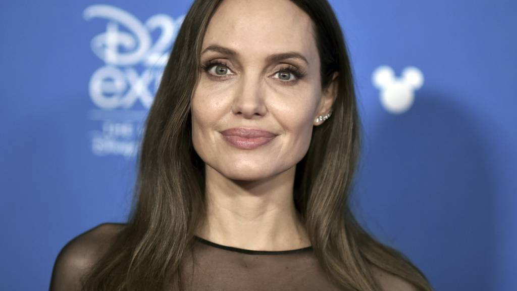ARCHIV - Angelina Jolie kommt zur Veranstaltung «Go Behind the Scenes» auf der D23 Expo 2019. Foto: Richard Shotwell/Invision/dpa