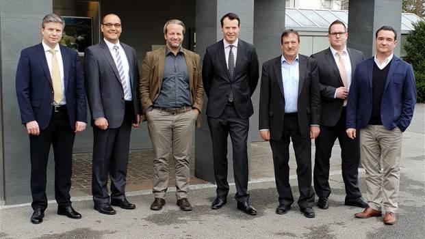 Pascal Gantenbein (Vize-Präsident Verwaltungsrat von Raiffeisen Schweiz), Marc Meier (Raiffeisenbank Wegenstettertal), Jascha Schneider (Raiffeisenbank Wegenstettertal), Guy Lachappelle (Verwaltungsratspräsident von Raiffeisen Schweiz), Guido Messmer (Raiffeisenbank Niederhelfenschwil), Mathias Caminada (Vorsitzender Bankleitung der Raiffeisen Dulliken-Starrkirch) und Andreas Gervasoni (Präsident Genossenschaft Raiffeisenbank Dulliken-Starrkirch) (v.l.). ZVG
