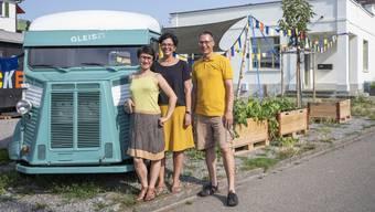 Francesca Melia, Kerstin Camenisch und Tobias Liechti (von links) neben dem lauschigen Garten vor dem «Gleis 21».