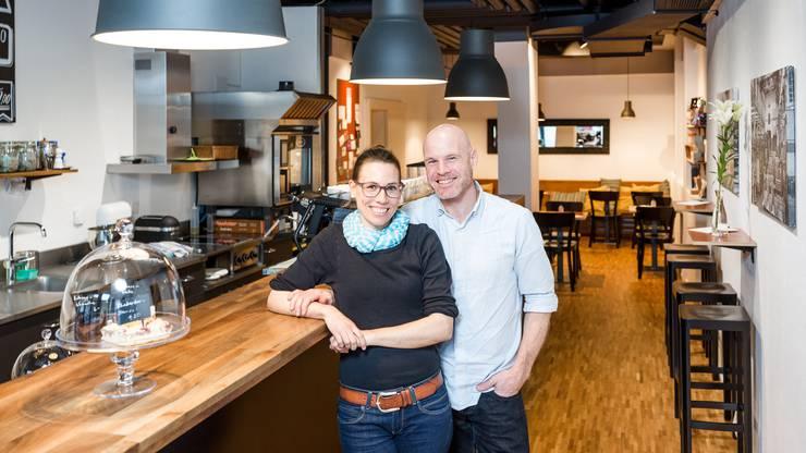 """Das Paar Denise Waglechner und René Marti hat sich einen Traum erfüllt und im Bäderquartier in Baden das """"Kafi Zwoi"""" eröffnet."""