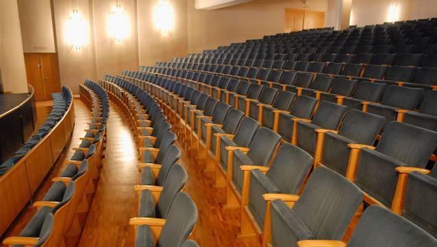 Eine Sitzreihe darf im Parkett entfernt werden, wodurch der Sitzabstand von 85 auf 91 Zentimeter vergrössert wird. (Wal/AZ-Archiv)