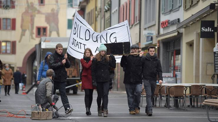 Junge Studierende tragen im Liestaler Stedtli demonstrativ die Bildung zu Grabe.