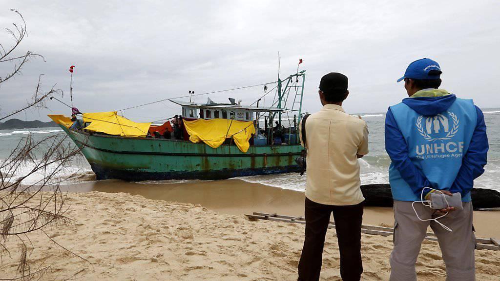 Gestrandetes Flüchtlingsboot in Indonesien: Menschen aus Sri Lanka versuchten damit, nach Australien zu gelangen. 65 Millionen Menschen waren 2015 als Vertriebene auf der Flucht. (Archivbild)