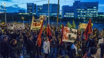 Gegen tausend Menschen sind am Freitag Abend in Basel für eine offene und solidarische Schweiz auf die Strasse gegangen.
