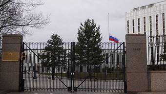 Die russische Botschaft in Washington. Die Flagge steht auf Halbmast, weil Russland der 64 Toten nach einem Brand in einem Shopping Center gedenkt.