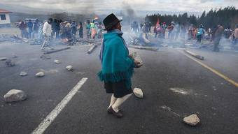 Indigene Demonstranten blockieren die Panamericana bei Ecuadors Hauptstadt Quito. Gewerkschaften und indigene Organisationen riefen zu einem 24-stündigen Streik auf.