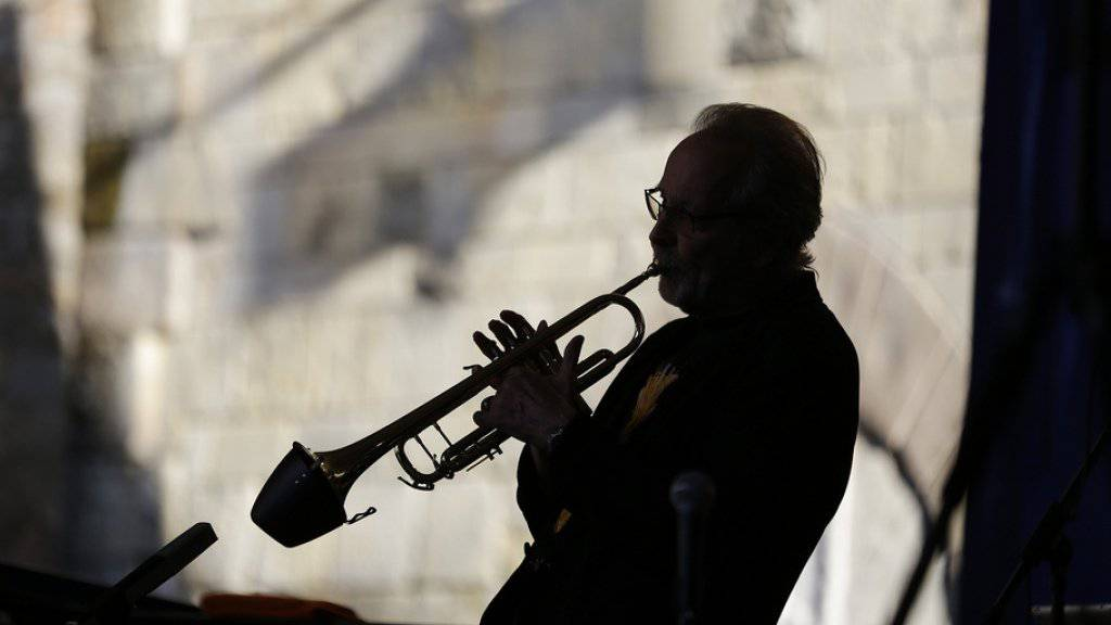 Der Trompeter Herb Alpert ist bis ins hohe Alter aktiv. Vom Ruhestand will er nichts wissen. Arbeit erhalte ihn am Leben (Archiv)