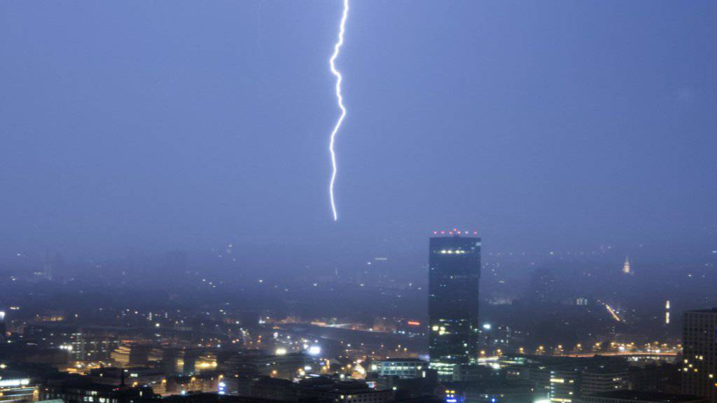 Auf den heissesten 1. August seit Messbeginn in der Schweiz folgten am Abend kräftige Regenduschen mit Sturmböen, Blitz und Hagel. (Archivbild)
