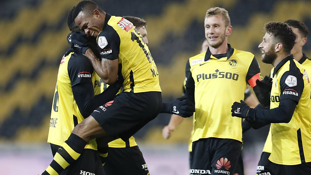 Torschütze Meschack Elia (vorne links) jubelt mit dem Passgeber Jean-Pierre Nsame. Weitere YBler schliessen sich an.