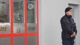 Am Dienstag bewachte ein Mitarbeiter der Securitas den Tatort inGränichen. Adrian Hunziker