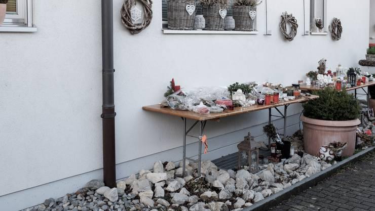 Blumen, Kerzen, Erinnerungen: Vor dem Haus der Familie Schauer wurde ein Gedenktisch aufgestellt.