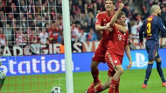 Das 1:0 für Bayern: Gomez gratuliert Kopfball-Torschütze Müller.