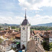 """Einen Tag vor der Badenfahrt stehen die meisten Beizen. Rundgang bei den letzten Aufbauarbeiten. Im Bild: Blick auf den Schlossbergplatz von der Beiz """"UniversALL"""" ."""
