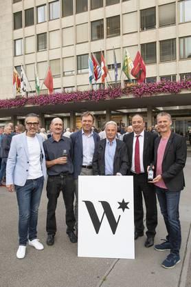 (v.l.) Marco Bieri, Geschäftsführer, Stefan Meier, Landwirt/Weinbauer, Andreas Meier, Winzer, Daniel Schoch, pensionierter Landwirt/Weinbauer, Markus Dieth, Regierungsrat, und Roland Michel, VR-Präsident.