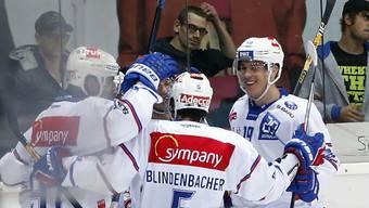Der ZSC-Verteidiger Severin Blindenbacher feiert mit seinen Mitspielern einen Treffer im Zürcher Derby gegen die Kloten Flyers.