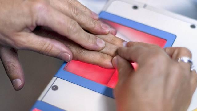 Einem Asylbewerber werden die Fingerabdrücke genommen (Symbolbild)