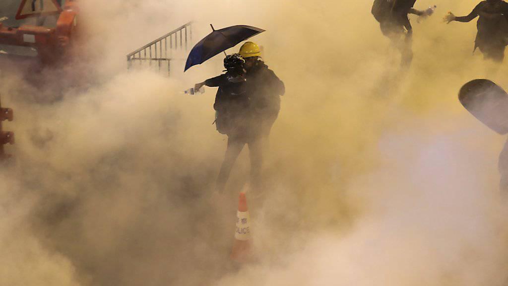 Wie schon am Samstag setzte die Polizei in Hongkong auch am Sonntag Tränengas ein.