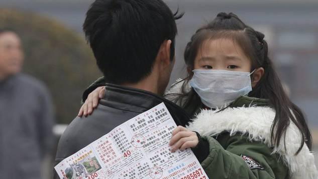 Ein Kind trägt einen Mundschutz gegen den Smog in Peking. (Archiv)