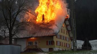 Flammen fressen sich durchs Dach eines Hauses in Marbach LU.