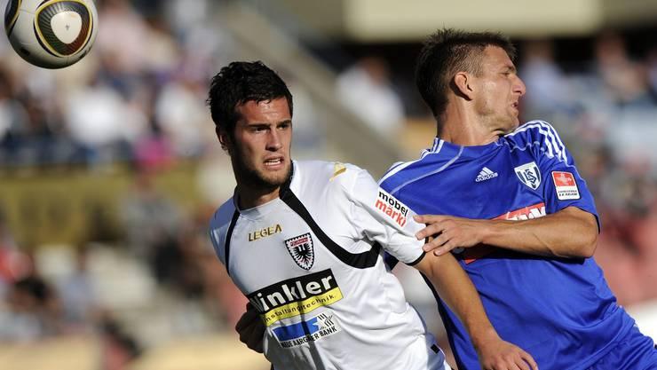 Michael Luedascher duelliert sich mit Sebastien Meoli um den Ball.