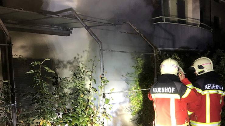 Nachdem die Atemschutztrupps den Brandherd im Keller lokalisiert hatten, konnte die Feuerwehr den Brand rasch löschen.