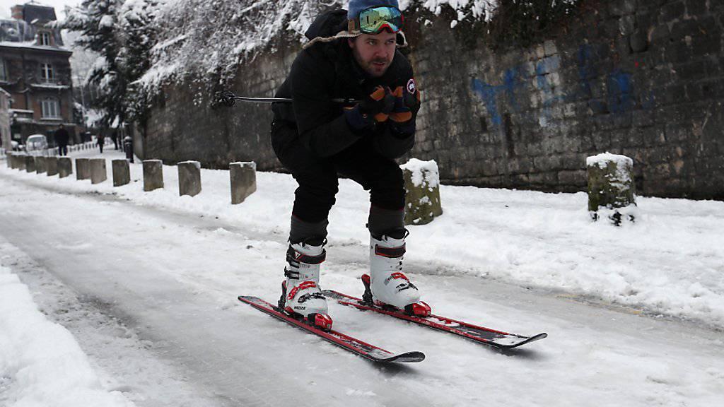 Besser mit Skiern als mit dem Auto unterwegs: Das Winterwetter in Paris hält an.