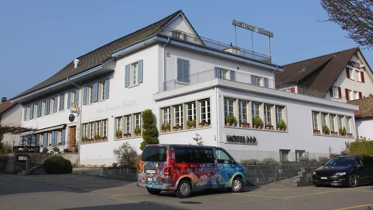 Der Gasthof Bären ist verkauft. Wirt und Kunstmaler Patrick Hemmelmayr reist mit seiner Familie im Mai per VW-Bus Richtung Mittelmeer.
