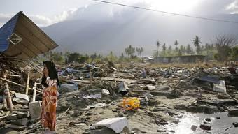 Bisher über 2000 Tote geborgen: Anwohnerin im zerstörten Palu auf Sulawesi.
