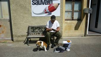 André Sauvain mit Bulldogge Dodo vor dem Atelier.