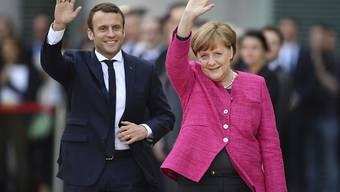 Antrittsbesuch an der Spree: Der neue französische Präsident Emmanuel Macron mit Bundeskanzlerin Angela Merkel vor dem Kanzleramt in Berlin.