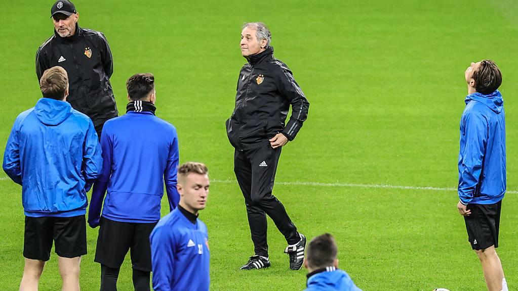 Der FC Basel (in der Bildmitte Trainer Marcel Koller) wird zweimal bei Eintracht Frankfurt antreten.
