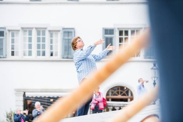 Dirigentin und Gesamtchor konzentriert beim Auftritt vor der St. Ursen-Kathedrale.