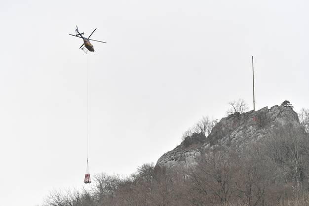 Impressionen von den Aufbauarbeiten des Ravellenclub Oensingen mit Helikoptereinsatz für die Sonnwendfeier 2018