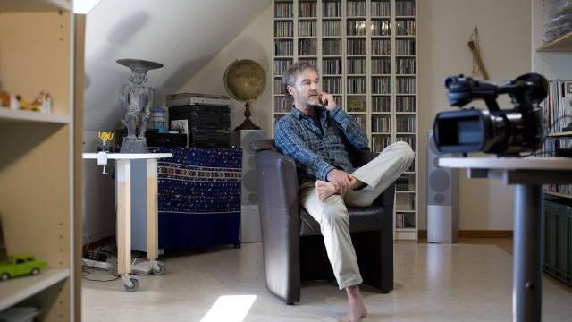 Hanspeter Bäni zu Hause in seinem Einfamilienhaus in Habsburg AG. Foto: Heike Gasser