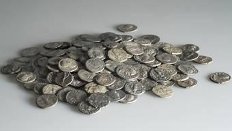 Der neuentdeckte römische Münzhort von Pratteln besteht aus 293 römischen Silbermünzen (Denaren)