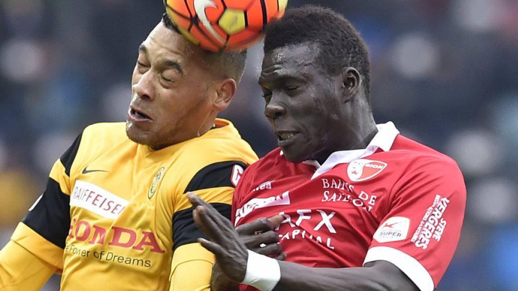Sions Birama Ndoye (hier im Duells mit YBs Guillaume Hoarau) bleibt noch für zwei weitere Spiele gesperrt (Archivbild)