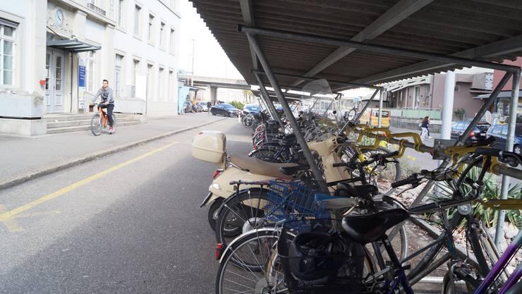 Für Velofahrer gibt es am Bahnhof Schlieren deutlich zu wenig Parkplätze.