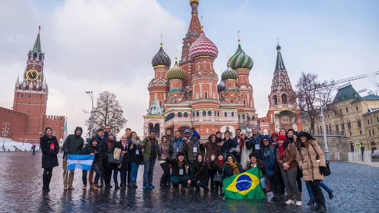 Gruppenbild auf dem Roten Platz: Die vom russischen Präsidenten eingeladenen jungen Journalistinnen und Journalisten.Fotos: Alexander Kolchin/Rossotrudnichestvo