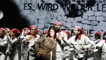 Revolutionen auf der Opernbühne: Rainelle Krause als lateinamerikanische Revolutionärin mit dem Chor und Kammerchor des Theater Basel als Kämpferinnen und Kämpfern der Pariser Commune.
