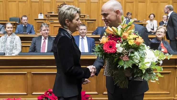 Karin Keller-Sutter gratuliert dem neuen Bundespräsidenten Alain Berset – per Händedruck ohne Küsschen.
