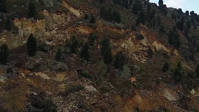Weil sich der Aletschgletscher zurückzieht, wird der Berg instabil. Oberhalb der Riederalp (VS) rutscht der Fels auf einer zwei Quadratkilometer grossen Fläche. Ein Drohnenflug zeigt das Ausmass des einzigartigen geologischen Phänomens.