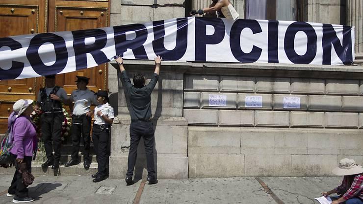 Viel aus der Korruption in Lateinamerika stammendes Geld wird in der Schweiz gewaschen: Protest gegen korrupte Machenschaften vor dem Kongressgebäude in Guatemala Stadt.