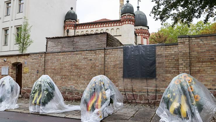 Vor der Synagoge in Halle erinnern Kränze an den Anschlag vor einem Jahr. Foto: Jan Woitas/dpa-Zentralbild/dpa