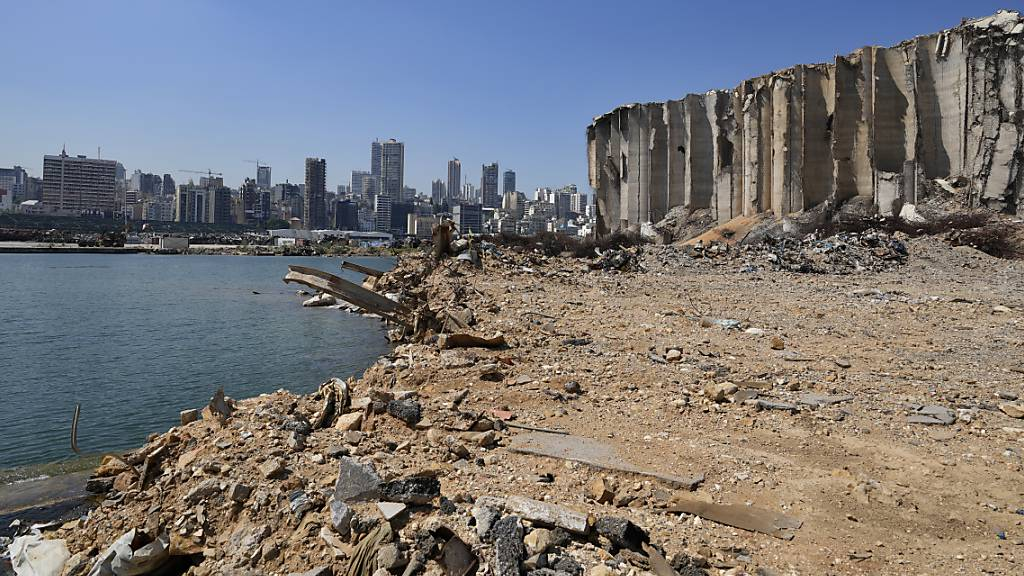 ARCHIV - Trümmer und Schutt liegen um hoch aufragende Getreidesilos im Hafen der libanesischen Hauptstadt Beirut herum. Foto: Hassan Ammar/AP/dpa
